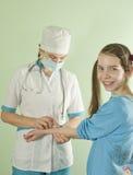 Doctor de la señora que hace una inyección Imágenes de archivo libres de regalías