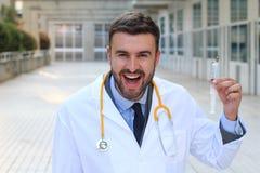 Doctor de mirada sicopático que sostiene una jeringuilla imagen de archivo