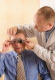 Doctor de ojo que realiza la examinación de ojo Fotos de archivo