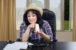 Doctor de país que promueve píldoras en la botella plástica blanca Fotos de archivo libres de regalías