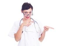 Doctor de sexo femenino acertado que señala algo Imágenes de archivo libres de regalías