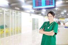 doctor de sexo femenino asiático con el estetoscopio en vestíbulo del hospital Fotografía de archivo libre de regalías