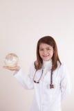 Doctor de sexo femenino asiático que muestra el globo en su mano foto de archivo