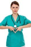 Doctor de sexo femenino atractivo con el estetoscopio que hace forma del corazón imágenes de archivo libres de regalías