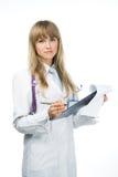 Doctor de sexo femenino atractivo con el sujetapapeles Imágenes de archivo libres de regalías