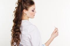 Doctor de sexo femenino bastante joven con el termómetro Imágenes de archivo libres de regalías