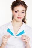 Doctor de sexo femenino bastante joven con el termómetro Foto de archivo