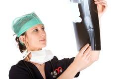Doctor de sexo femenino caucásico joven que examina una radiografía Imagen de archivo