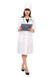 Doctor de sexo femenino con el estetoscopio que sostiene un sujetapapeles Fotografía de archivo libre de regalías