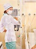 Doctor de sexo femenino con el goteo del intravenoso. Imágenes de archivo libres de regalías