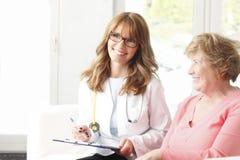 Doctor de sexo femenino con el paciente mayor Foto de archivo