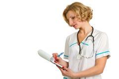 Doctor de sexo femenino con el sujetapapeles Imagen de archivo libre de regalías
