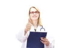 Doctor de sexo femenino con el tablero Imagen de archivo libre de regalías