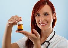 Doctor de sexo femenino con la droga médica Fotos de archivo