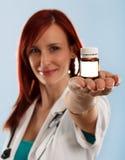 Doctor de sexo femenino con la droga médica Fotos de archivo libres de regalías