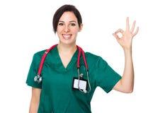 Doctor de sexo femenino con la muestra aceptable imagen de archivo libre de regalías