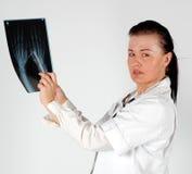 Doctor de sexo femenino con la radiografía Fotografía de archivo libre de regalías