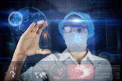 Doctor de sexo femenino con la tableta futurista de la pantalla del hud Foto de archivo