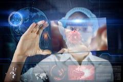 Doctor de sexo femenino con la tableta futurista de la pantalla del hud Imagen de archivo libre de regalías