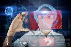 Doctor de sexo femenino con la tableta futurista de la pantalla del hud Fotos de archivo libres de regalías