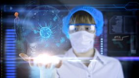 Doctor de sexo femenino con la tableta futurista de la pantalla del hud Bacterias, virus, microbio Concepto médico del futuro Imagen de archivo