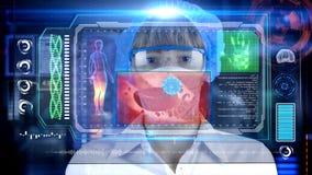 Doctor de sexo femenino con la tableta futurista de la pantalla del hud Bacterias, virus, microbio Concepto médico del futuro Imagen de archivo libre de regalías