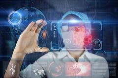 Doctor de sexo femenino con la tableta futurista de la pantalla del hud Bacterias, virus, microbio Concepto médico del futuro Foto de archivo libre de regalías