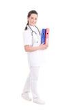 Doctor de sexo femenino con las carpetas aisladas en el fondo blanco Fotografía de archivo