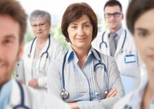 Doctor de sexo femenino con las personas médicas imágenes de archivo libres de regalías
