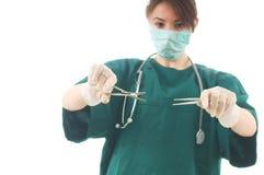 Doctor de sexo femenino con los instrumentos de la cirugía Foto de archivo libre de regalías