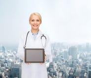 Doctor de sexo femenino con PC del estetoscopio y de la tableta Fotos de archivo