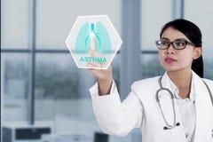 Doctor de sexo femenino con símbolo virtual de los pulmones Imágenes de archivo libres de regalías
