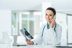Doctor de sexo femenino en el teléfono fotografía de archivo libre de regalías