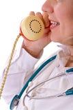 Doctor de sexo femenino en el teléfono - primer Imagenes de archivo