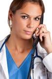 Doctor de sexo femenino en el teléfono Imágenes de archivo libres de regalías