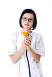 Doctor de sexo femenino en el uniforme que sostiene píldoras Fotografía de archivo libre de regalías