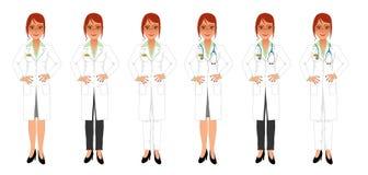 Doctor de sexo femenino en la capa y falda o pantalones blancos Fotos de archivo libres de regalías