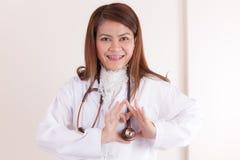 Doctor de sexo femenino feliz que hace forma del corazón fotografía de archivo libre de regalías