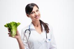 Doctor de sexo femenino feliz que sostiene la ensalada foto de archivo libre de regalías