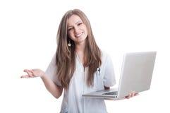 Doctor de sexo femenino feliz y confiado que sostiene el ordenador portátil Imagen de archivo libre de regalías
