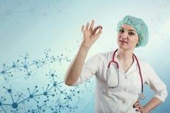 Doctor de sexo femenino hermoso contra un fondo médico abstracto con enrejado molecular imagen de archivo libre de regalías
