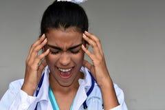 Doctor de sexo femenino hispánico joven ansioso Fotos de archivo