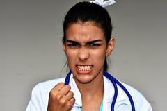 Doctor de sexo femenino hispánico joven enojado Foto de archivo libre de regalías