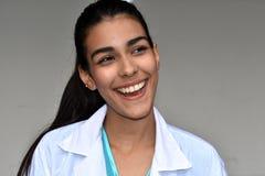 Doctor de sexo femenino hispánico joven sonriente Fotografía de archivo libre de regalías
