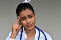 Doctor de sexo femenino hispánico joven subrayado Foto de archivo