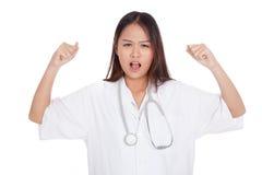 Doctor de sexo femenino joven asiático muy enojado Fotografía de archivo libre de regalías