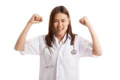 Doctor de sexo femenino joven asiático muy enojado Foto de archivo libre de regalías