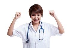 Doctor de sexo femenino joven asiático muy enojado Imagen de archivo libre de regalías