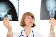 Doctor de sexo femenino joven con la fotografía de la radiografía Foto de archivo libre de regalías