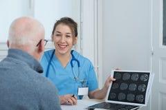 Doctor de sexo femenino joven en la oficina con su paciente imágenes de archivo libres de regalías
